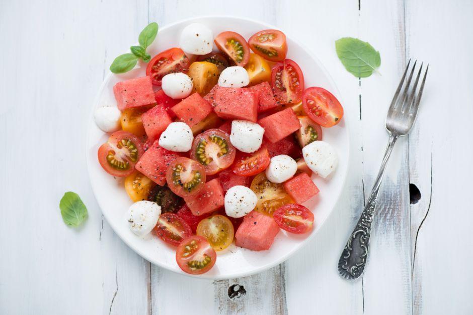 https://yemek.com/tarif/karpuzlu-domates-salatasi/ | Karpuzlu Domates Salatası