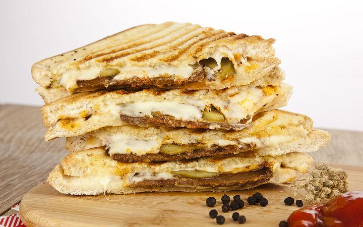 https://yemek.com/tarif/kavurmali-tost/ | Kavurmalı Tost Tarifi