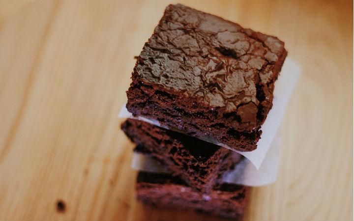 https://yemek.com/tarif/bol-cikolatali-brownie/#.V0aswJGLTIU | Bol Çikolatalı Brownie Tarifi