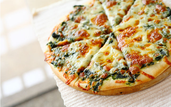 https://yemek.com/tarif/ispanakli-pizza   Ispanaklı Pizza Tarifi