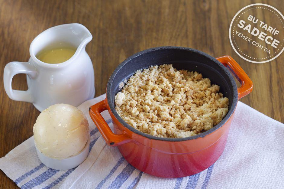 http://yemek.com/tarif/toms-kitchen-armut-bogurtlenli-crumble/ | Fotoğraf: Özgür Bakır / Armut ve Böğürtlenli Crumble Tarifi