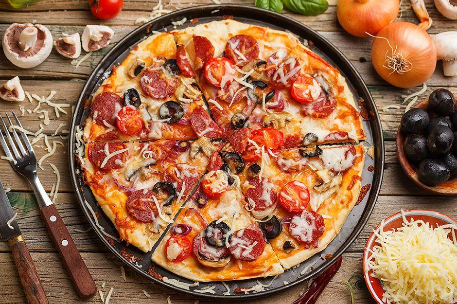 https://yemek.com/tarif/pratik-pizza/#.V8ADbZiLTIV | Lavaştan Pratik Pizza Tarifi