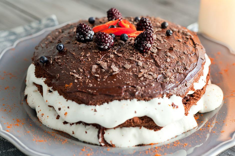 Bir Dilimi Bile İnsanı Mutlu Etmeye Yeten 15 Bol Çikolatalı Pasta Tarifi