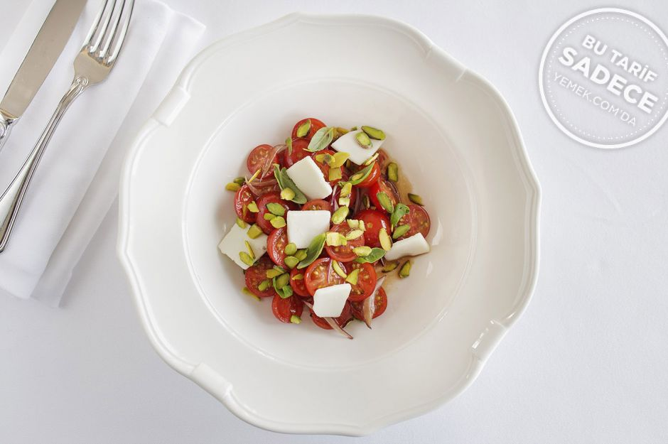 http://yemek.com/tarif/raika-fistikli-domates-salatasi/  | Fıstıklı Domates Salatası Tarifi