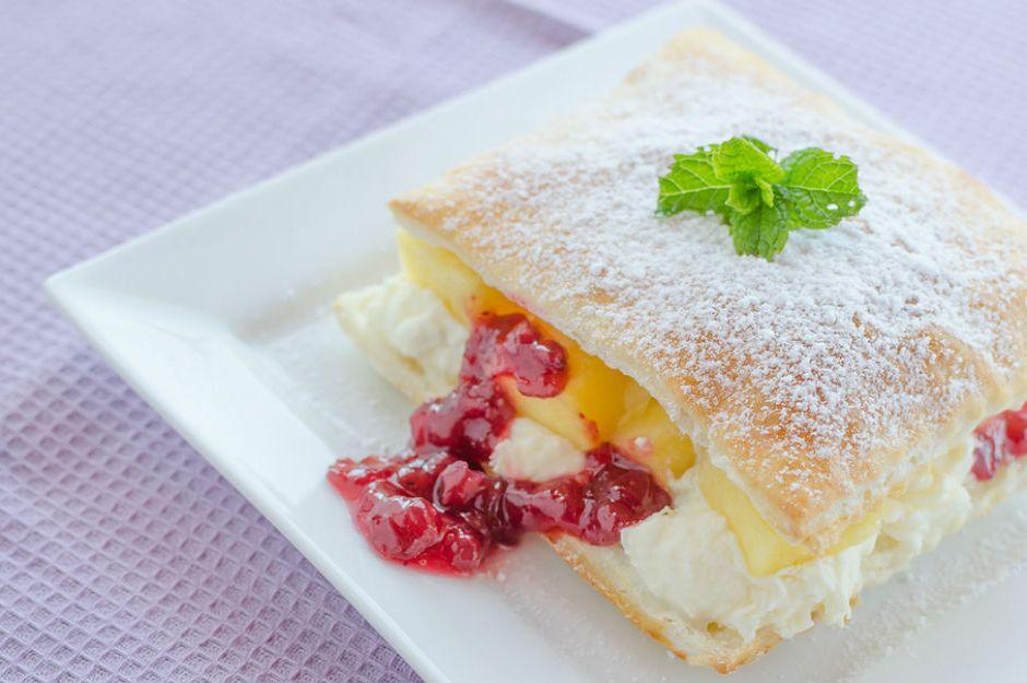 https://yemek.com/tarif/meyveli-milfoy-pasta/ | Meyveli Milföy Pasta Tarifi