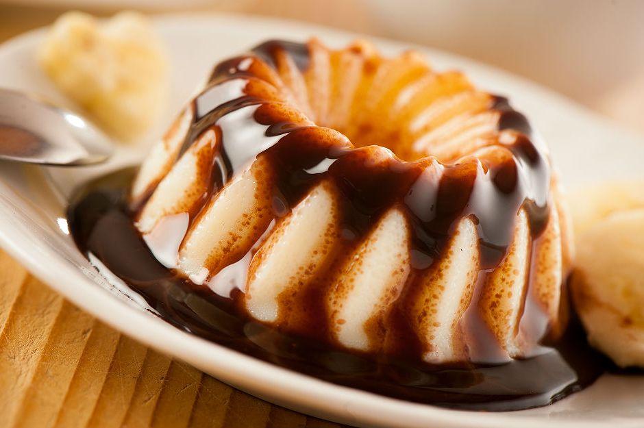 https://yemek.com/tarif/cikolata-soslu-muhallebi/ | Çikolata Soslu Muhallebi Tarifi