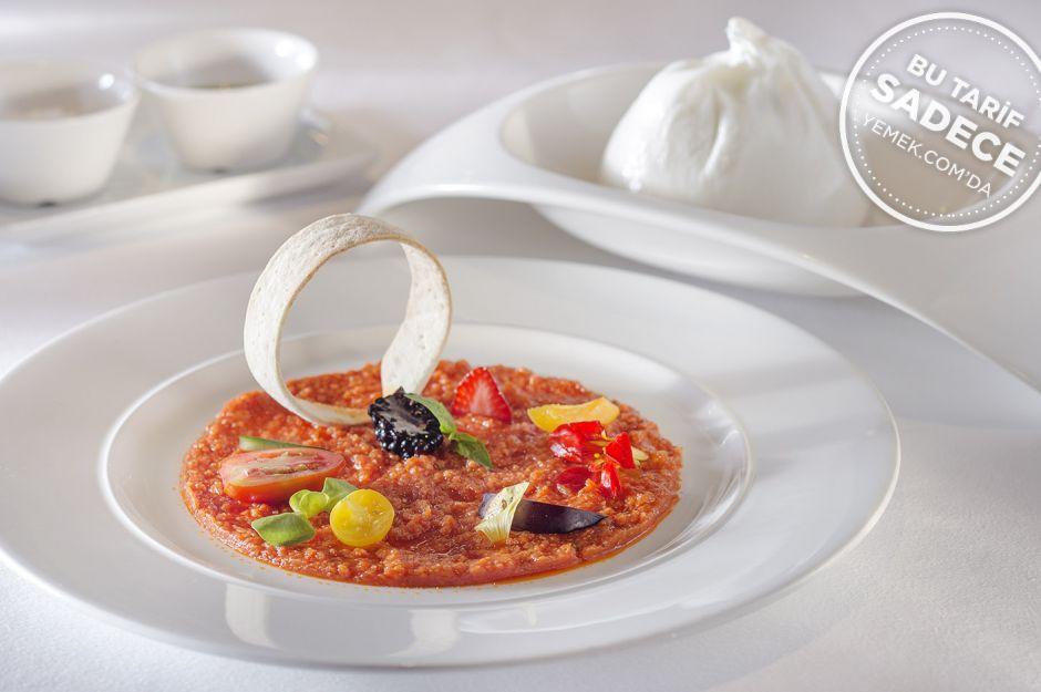 https://yemek.com/tarif/domates-pureli-burrata-peyniri/ | Fotoğraf: Özgür Bakır / Domates Püreli Burrata Peyniri