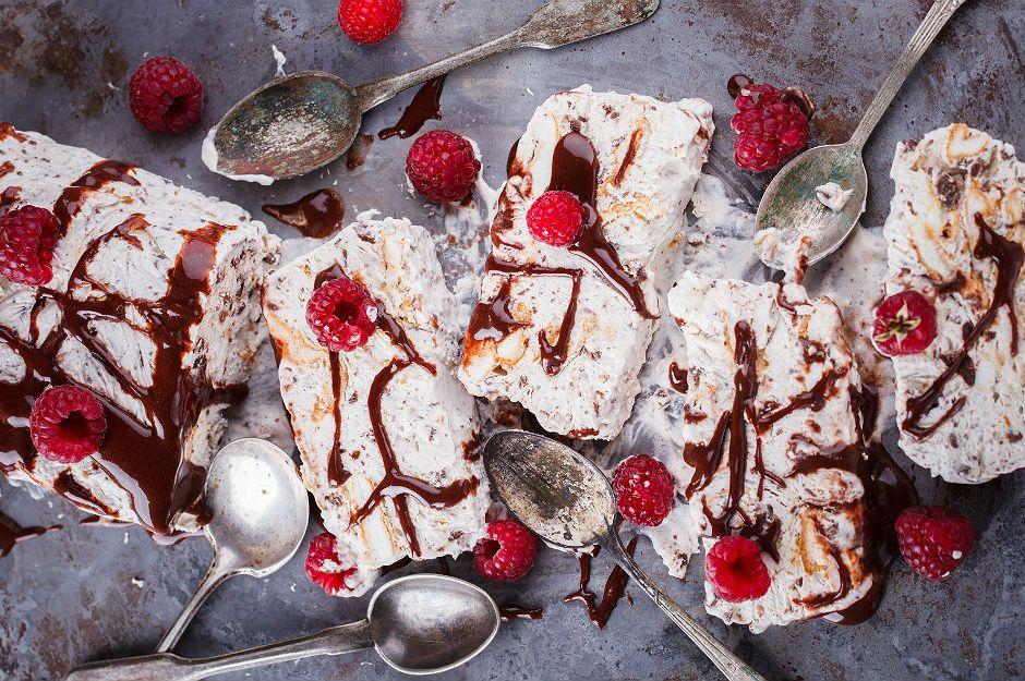 https://yemek.com/tarif/cikolata-soslu-parfe/ | Çikolata Soslu Parfe Tarifi