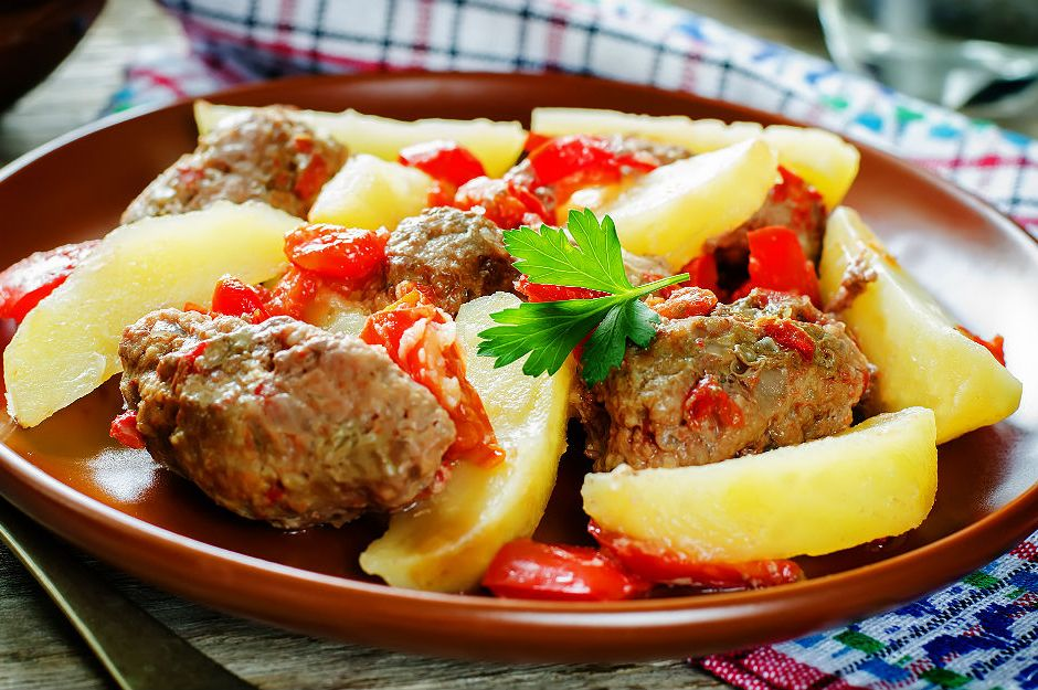 https://yemek.com/tarif/firinda-kofte-patates/ | Fırında Köfte Patates Tarifi