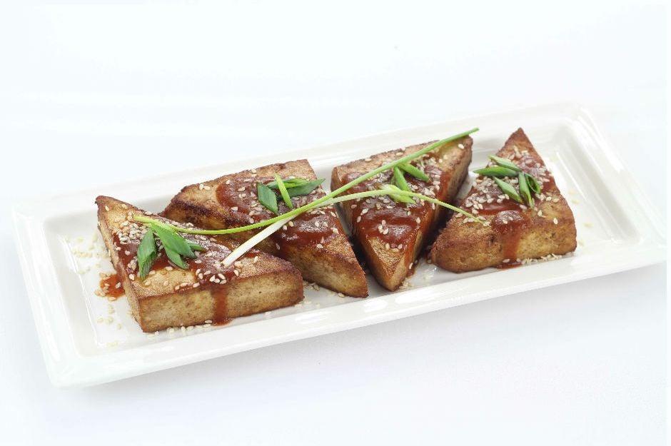 https://yemek.com/tarif/soya-sosu-ile-kizarmis-susamli-tofu/ | Soya Sosu İle Kızarmış Susamlı Tofu Tarifi