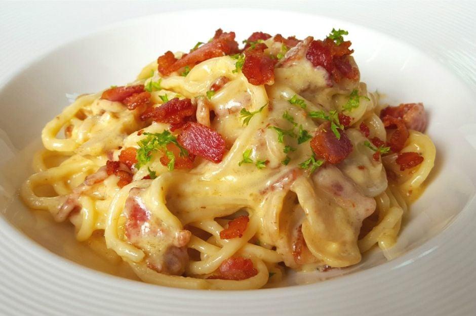 https://yemek.com/tarif/spagetti-carbonara/ | Kolay Spagetti Carbonara Tarifi