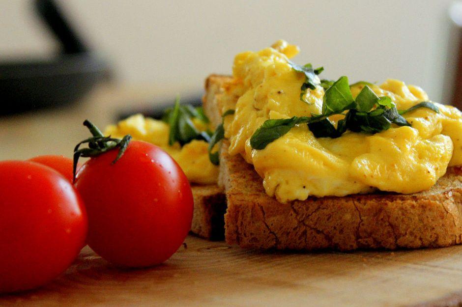 https://yemek.com/tarif/scrambled-egg/ | Ekmek Üzeri Çırpılmış Yumurta Tarifi