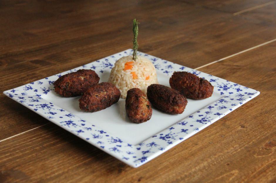 https://yemek.com/tarif/kibris-koftesi/ | Kıbrıs Köftesi Tarifi