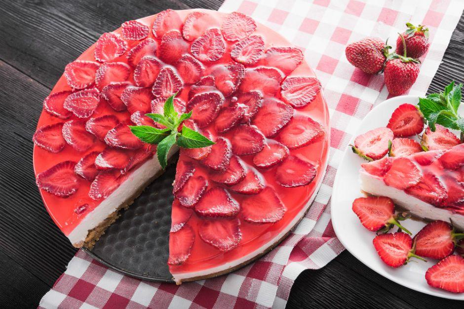 https://yemek.com/tarif/cilekli-cheesecake/ | Çilekli Cheesecake Tarifi