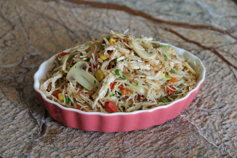 https://yemek.com/tarif/sehriyeli-tavuk-salatasi/ | Şehriyeli Tavuk Salatası