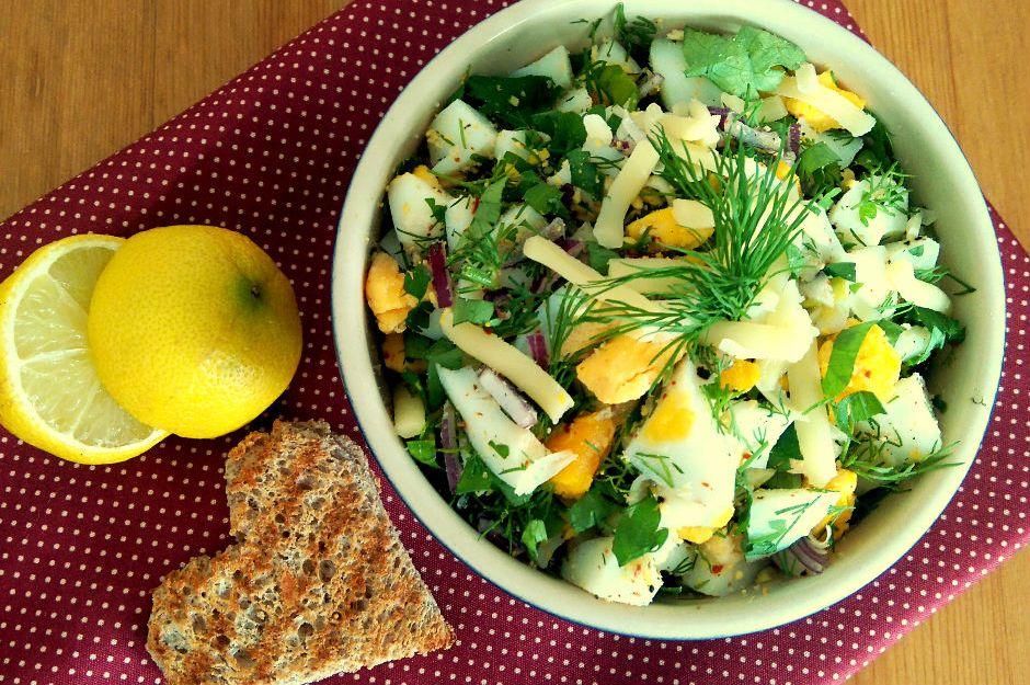 https://yemek.com/tarif/kasarli-yumurta-salatasi/ | Kaşarlı Yumurta Salatası Tarifi