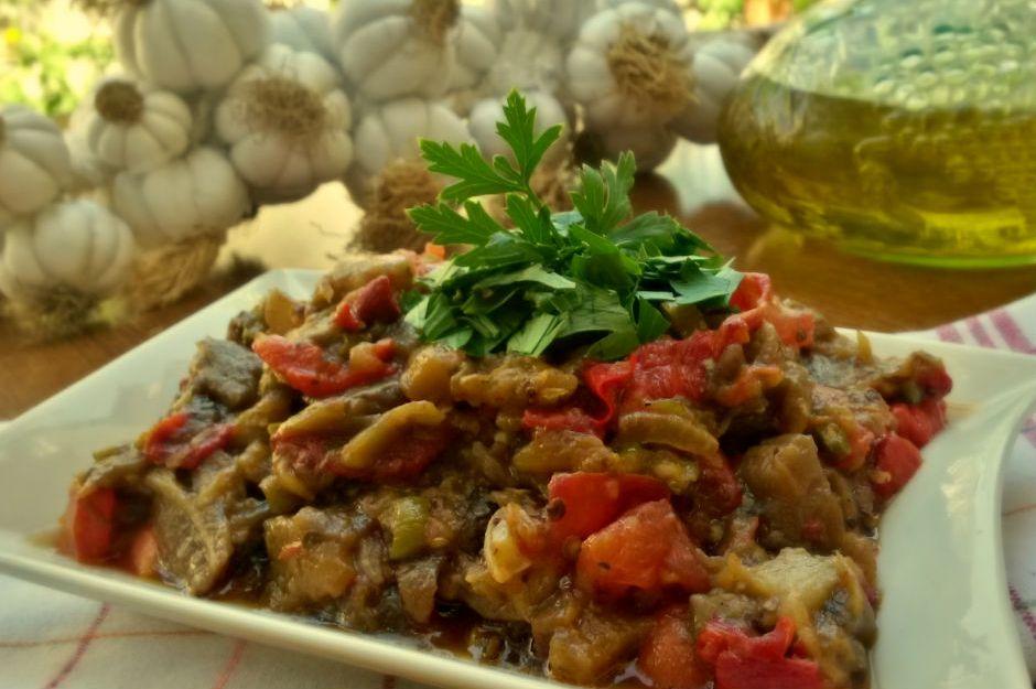 https://yemek.com/tarif/kavrulmus-koz-patlican-salatasi/ | Kavrulmuş Köz Patlıcan Salatası Tarifi
