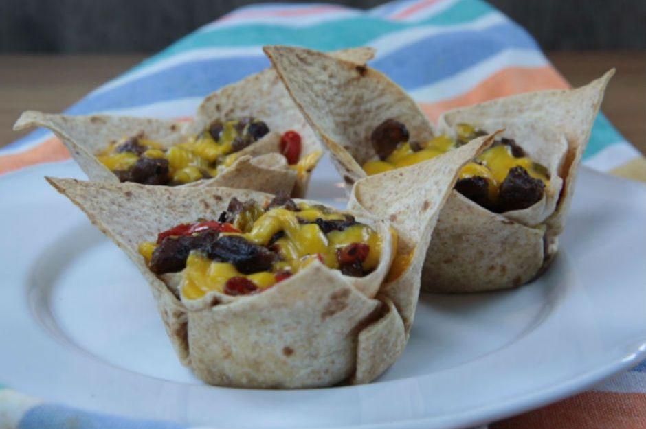 https://yemek.com/tarif/sebzeli-etli-tortilla-bocalari/#.V9uwGZiLTIV | Sebzeli Etli Tortilla Bohçaları Tarifi