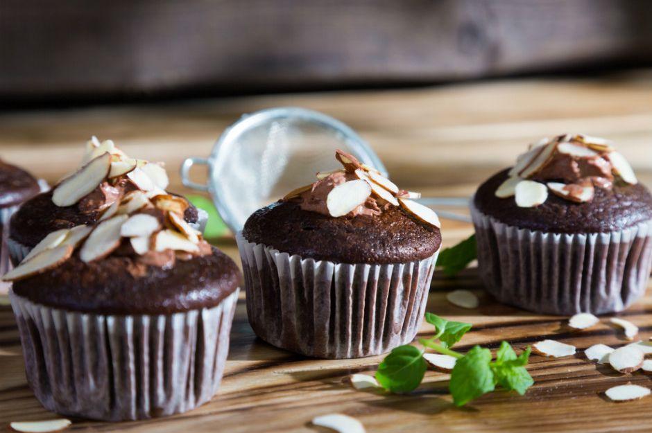 https://yemek.com/tarif/bademli-cikolatali-cupcake | Bademli Çikolatalı Cupcake Tarifi