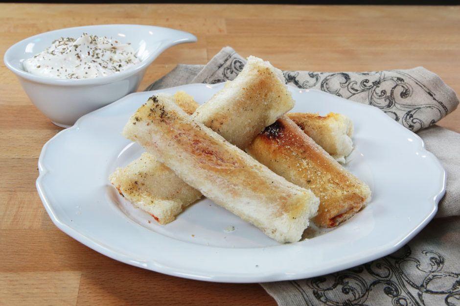 http://yemek.com/tarif/kasarli-salamli-ekmek-rulolari   Kaşarlı Salamlı Ekmek Ruloları Tarifi