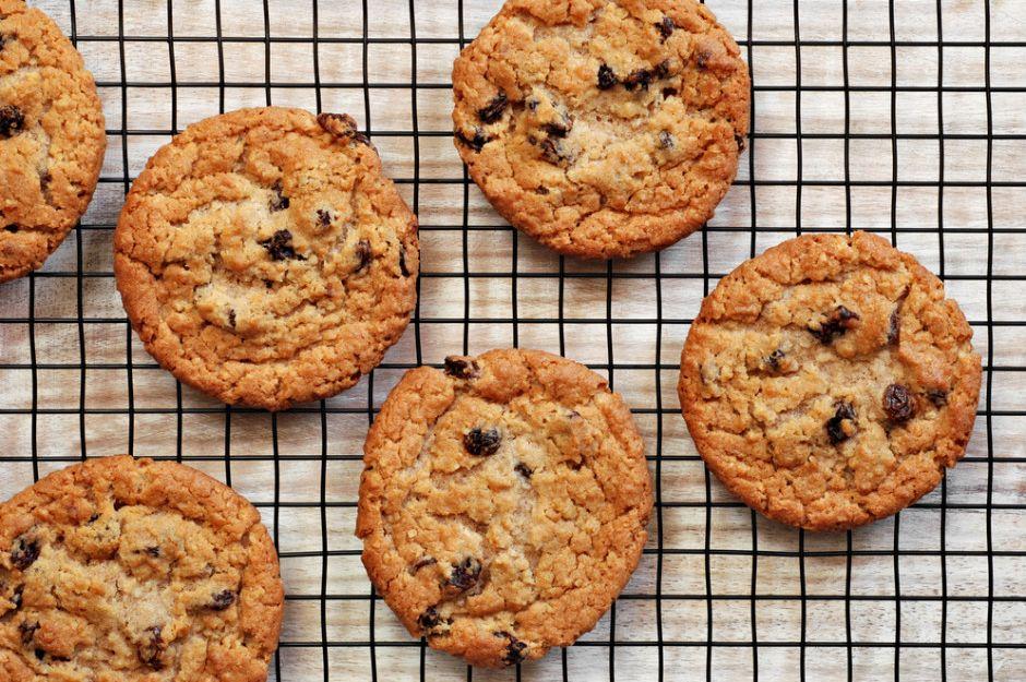 https://yemek.com/tarif/kuru-uzumlu-tarcinli-kurabiye | Kuru Üzümlü Tarçınlı Kurabiye Tarifi