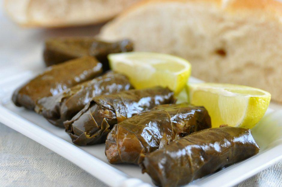 https://yemek.com/tarif/zeytinyagli-karalahana-sarmasi/ | Zeytinyağlı Karalahana Sarması Tarifi