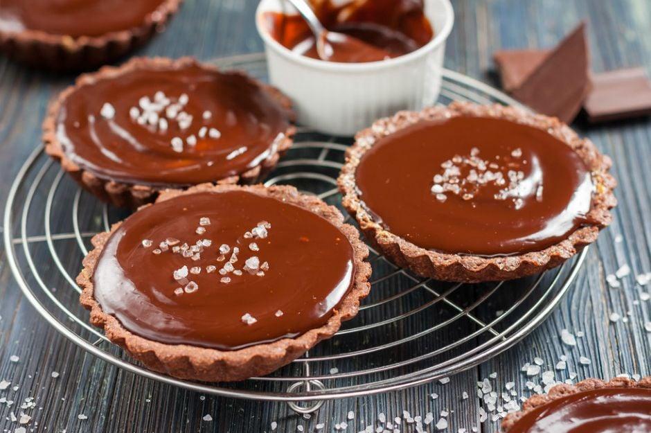 http://yemek.com/tarif/cikolatali-deniz-tuzlu-tart | Çikolatalı Deniz Tuzlu Tart Tarifi