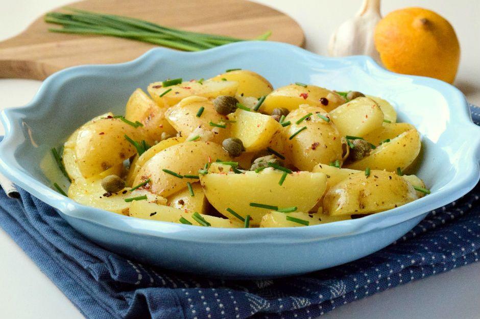 http://yemek.com/tarif/kaparili-patates-salatasi | Kaparili Patates Salatası Tarifi