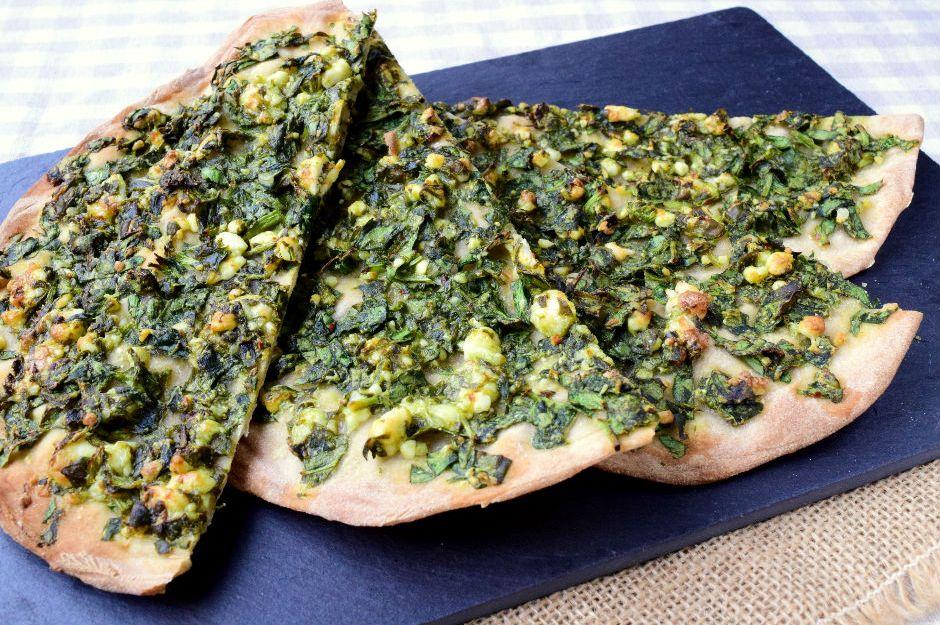 https://yemek.com/tarif/ispanakli-peynirli-lahmacun | Ispanaklı Peynirli Lahmacun Tarifi
