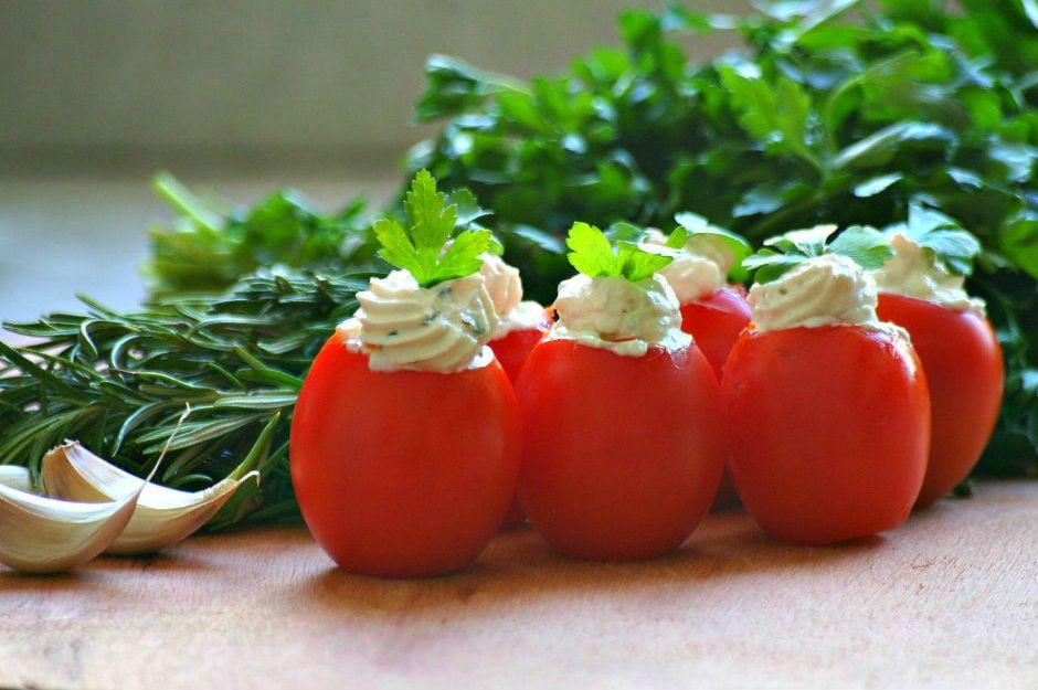 https://yemek.com/tarif/labne-peyniri-dolgulu-domates/   | Labne Peyniri Dolgulu Domates Tarifi