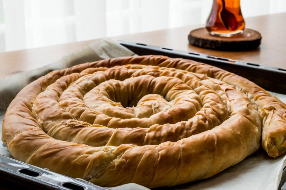 https://yemek.com/tarif/el-acmasi-patlicanli-borek/ | El Açması Patlıcanlı Börek Tarifi