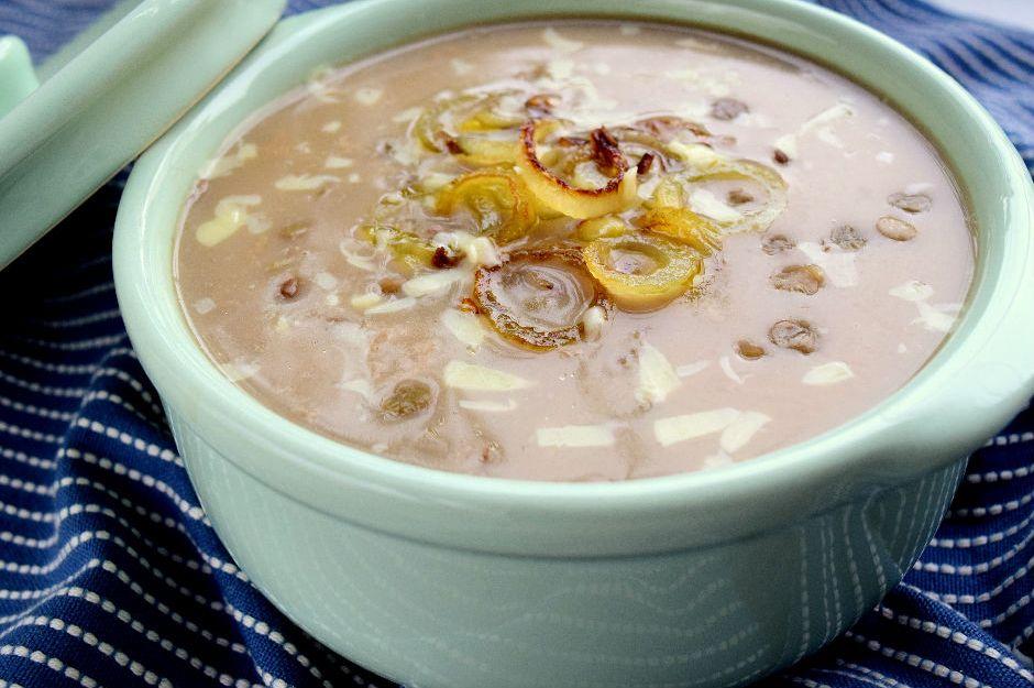 https://yemek.com/tarif/karamelize-soganli-yesil-mercimek-corbasi/ | Karamelize Soğanlı Yeşil Mercimek Çorbası Tarifi
