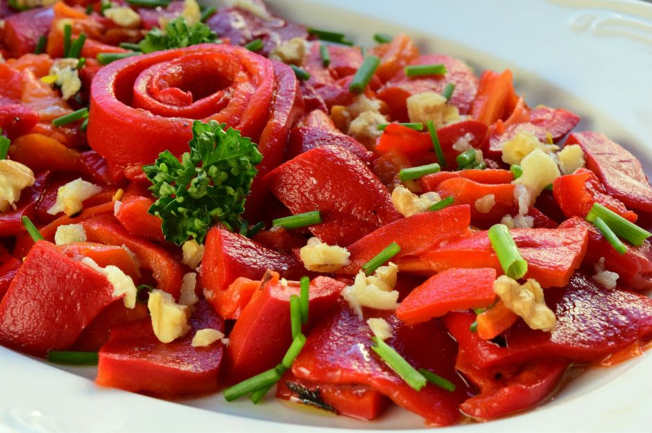 https://yemek.com/tarif/kozlenmis-biber-salatasi/ | Közlenmiş Biber Salatası Tarifi