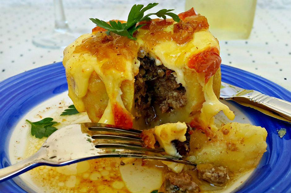 https://yemek.com/tarif/etli-patates-dolmasi | Etli Patates Dolması Tarifi