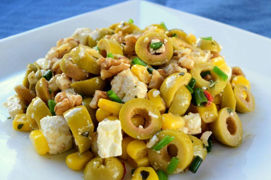 https://yemek.com/tarif/yesil-zeytin-salatasi | Yeşil Zeytin Salatası Tarifi