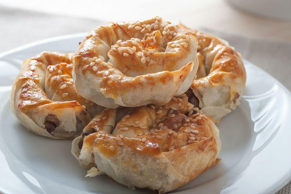 https://yemek.com/tarif/kiymali-gul-boregi/ | Kıymalı Gül Böreği Tarifi