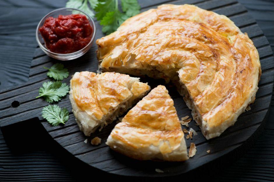 https://yemek.com/tarif/patatesli-tavuklu-tepsi-boregi/ | Patatesli Tavuklu Tepsi Böreği Tarifi