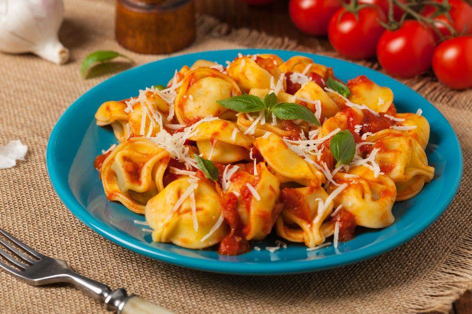 https://yemek.com/tarif/domates-soslu-tortellini/ | Domates Soslu Tortellini Tarifi