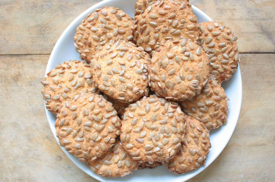 https://yemek.com/tarif/cekirdekli-tuzlu-kurabiye/ | Çekirdekli Tuzlu Kurabiye Tarifi