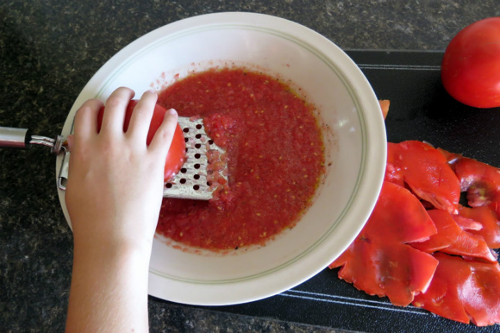 http://www.mennonitegirlscancook.ca/2016/08/saturdays-kitchen-tip-fresh-tomato.html | mennonitegirlscancook