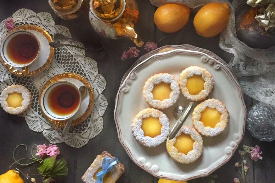 https://yemek.com/tarif/hashas-ve-kakuleli-limonlu-kurabiye/ | Haşhaş ve Kakuleli Limonlu Kurabiye Tarifi