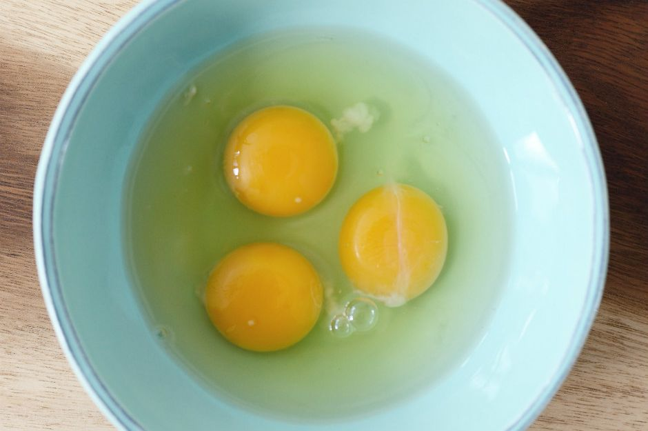 http://www.extracrispy.com/food/729/whats-that-stringy-white-thing-in-raw-eggs | extracrispy