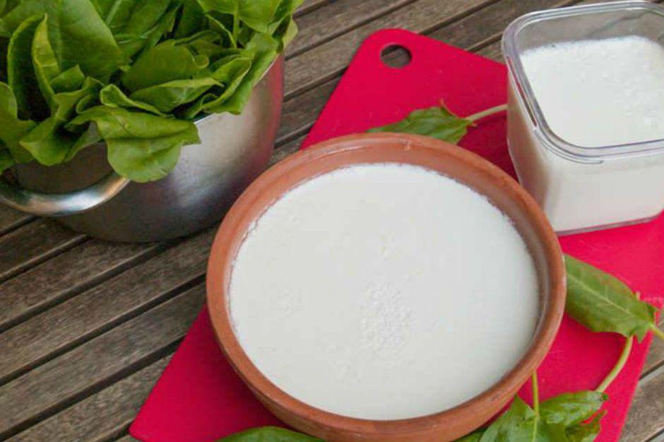 http://www.yemekmutfak.com/beslenme-diyet/1/146/kuzukulagini-maya-yerine-kullanarak-evde-yogurt-yapabilirsiniz |yemekmutfak.com