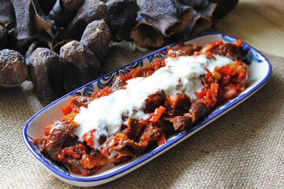 https://yemek.com/tarif/yogurtlu-kuru-patlican-salatasi/ | Yoğurtlu Kuru Patlıcan Salatası Tarifi