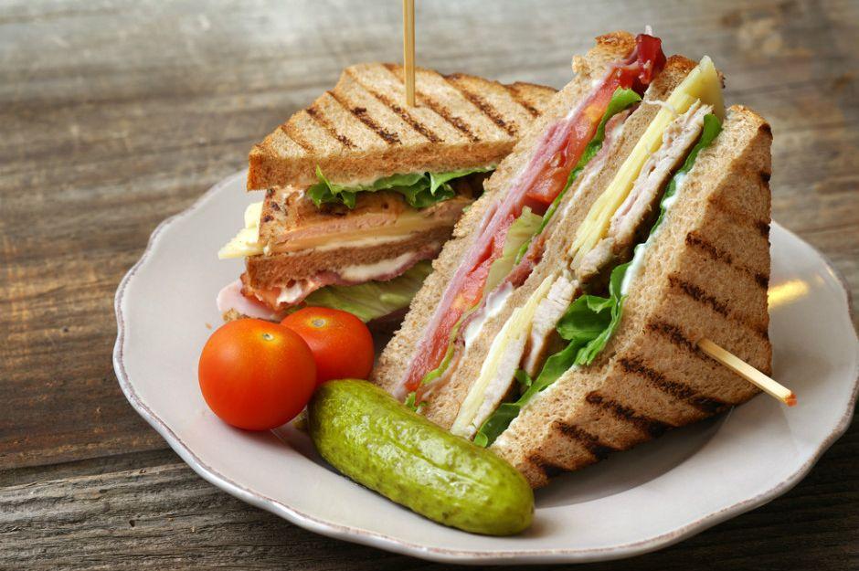 https://yemek.com/tarif/club-sandwich/ | Club Sandwich (Kulüp Sandviç) Tarifi