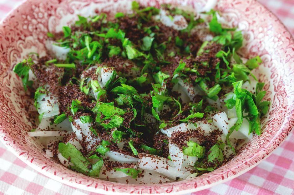 https://yemek.com/tarif/sumakli-sogan-salatasi/ | Sumaklı Soğan Salatası Tarifi