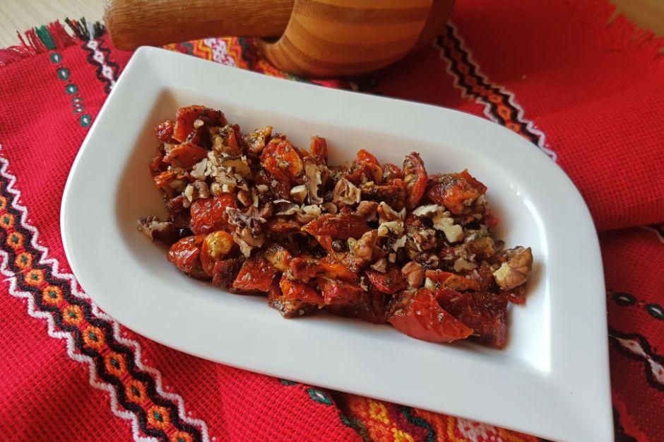 https://yemek.com/tarif/kuru-domates-salatasi/ | Kuru Domates Salatası Tarifi
