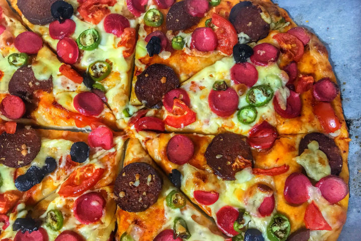 https://yemek.com/tarif/ev-yapimi-pizza/ | Ev Yapımı Pizza Tarifi