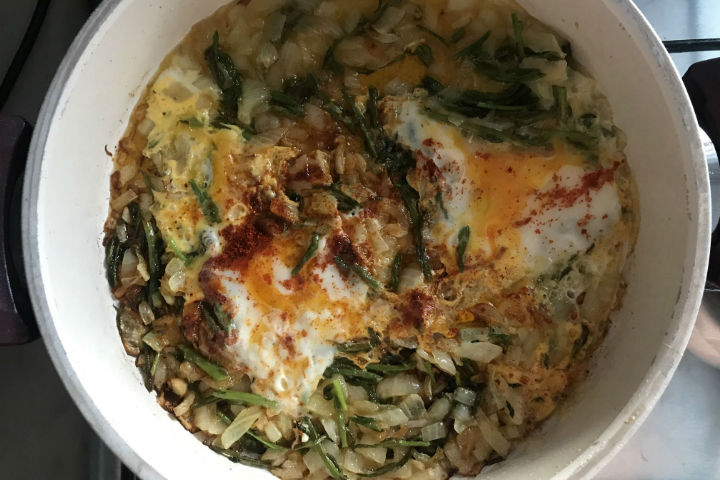 https://yemek.com/tarif/yumurtali-ot-kavurmasi/ | Yumurtalı Ot Kavurması Tarifi