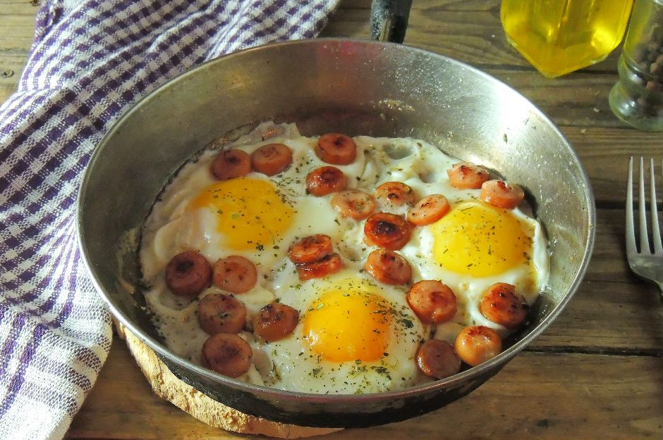 https://yemek.com/tarif/sahanda-sosisli-yumurta/ | Sahanda Sosisli Yumurta Tarifi